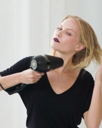 step two: Use a hairdryer to roughly blow-dry locks